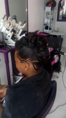 Fabie Dom Hair - Coiffure habillée petites tresses et cheveux attachés