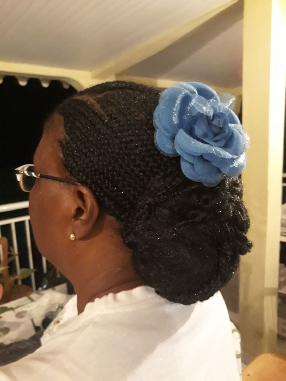 Fabie Dom Hair - Coiffure femme tresses et chignon avec fleur bleue