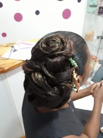 Fabie Dom Hair - Coiffure femme chignon avec fleurs vertes