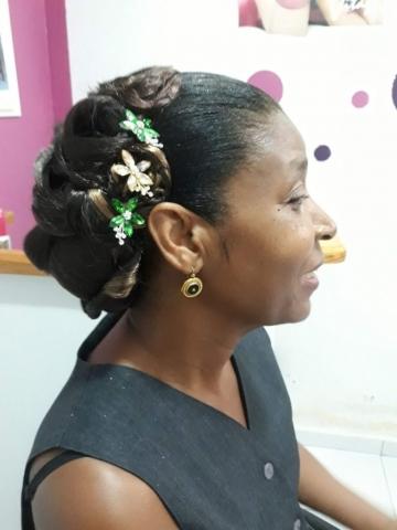 Fabie Dom Hair - Coiffure femme chignon cheveux défrisés avec fleurs vertes