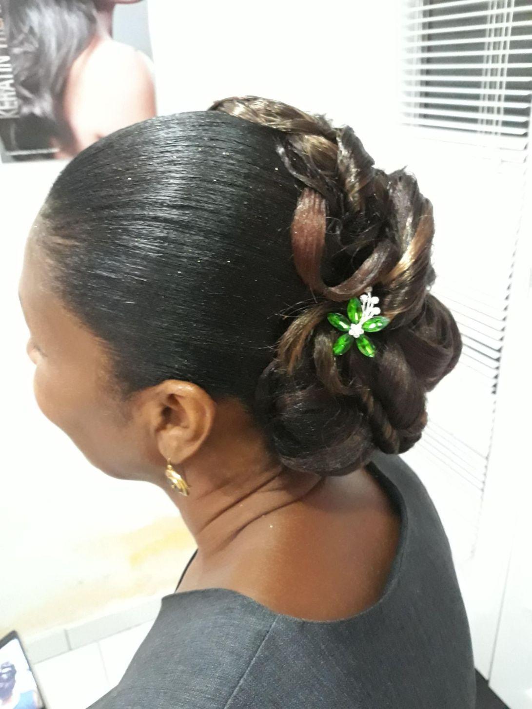 Fabie Dom Hair - Coiffure femme chignon cheveux défrisés et mèches