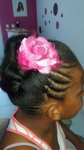 Fabie Dom Hair - Coiffure tresses et chou avec fleur rose