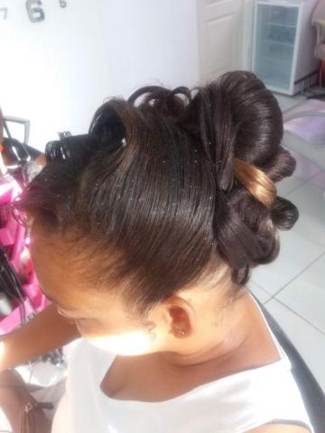 Fabie Dom Hair - Coiffure femme cheveux défrisés boucles et chou