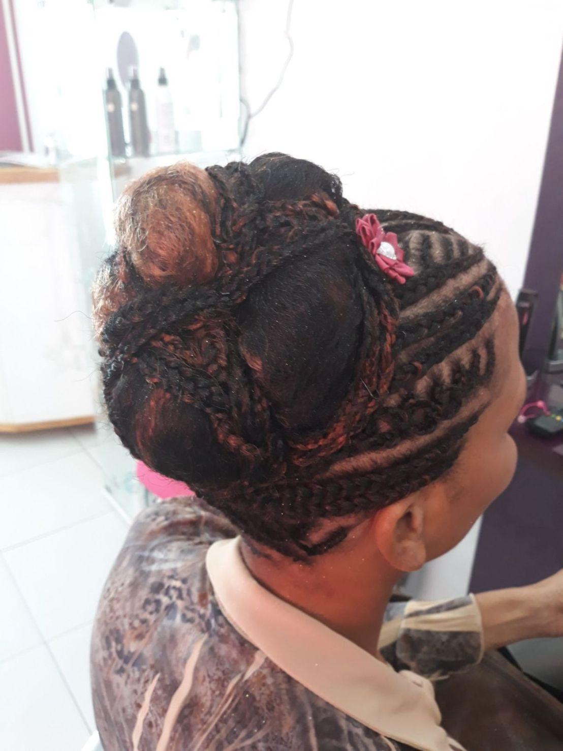 Fabie Dom Hair - Coiffure femme tresses et chignon avec fleurs roses