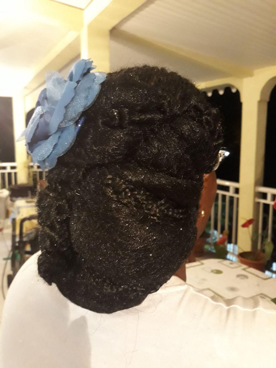 Fabie Dom Hair - Coiffure femme tresses et chignon bas avec fleur bleue
