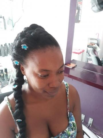 Fabie Dom Hair - Coiffure femme tresses Jasmine fleurs bleues