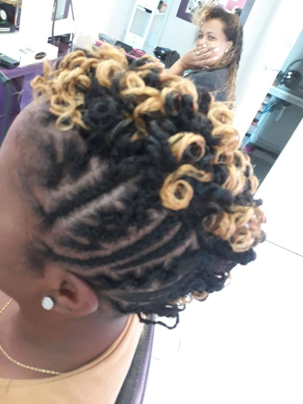 Fabie Dom Hair - Coiffure femme tresses et bouts bouclés jaunes